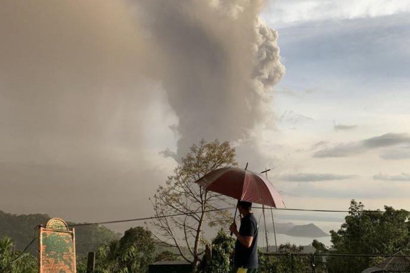 Извержение вулкана возле Манилы, туристы не могут вылететь из страны